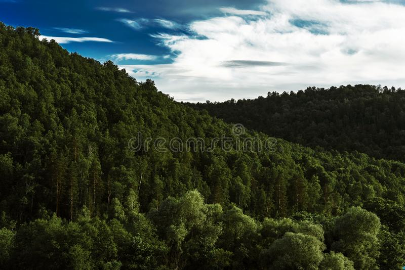 Nubes hermosas sobre el paisaje asiático del bosque verde Bosque verde debajo del cielo azul Bosque, montañas, cielo, nubes virgi imagenes de archivo