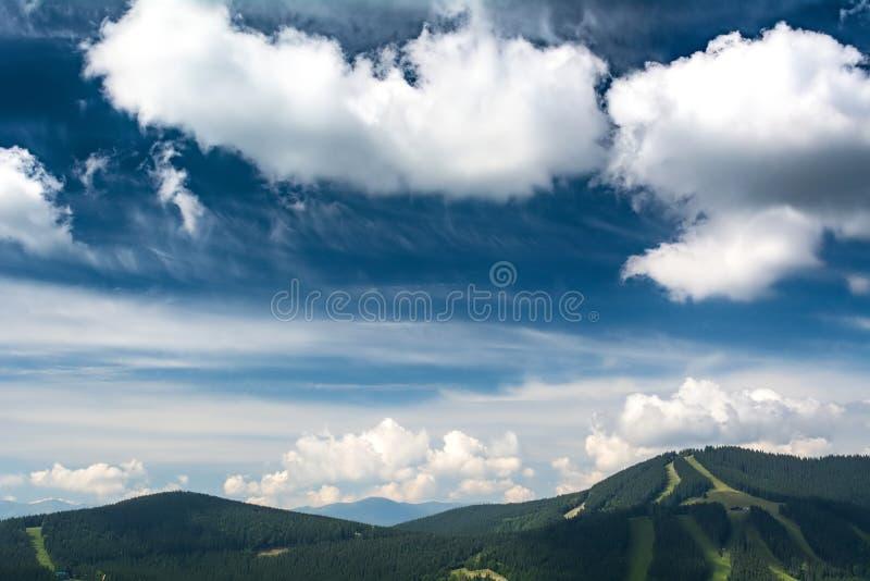 Nubes hermosas sobre las monta?as Paisaje del VERANO fotografía de archivo
