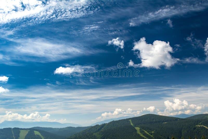 Nubes hermosas sobre las monta?as Paisaje del VERANO Ucraniano C?rpatos foto de archivo libre de regalías