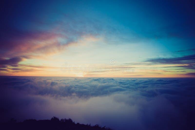 Nubes hermosas y salida del sol del balanceo foto de archivo
