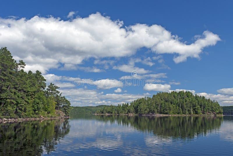 Nubes hinchadas en verano en un lago del norte woods imagenes de archivo