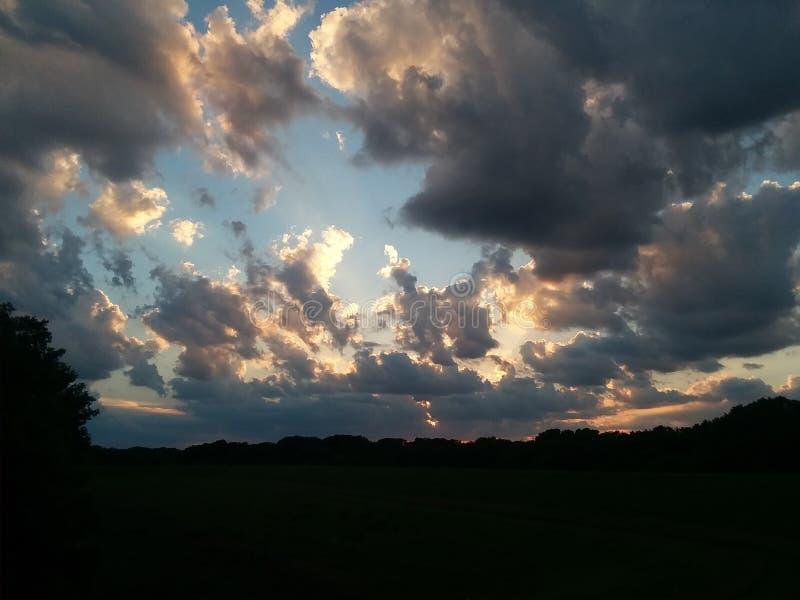 Nubes iluminadas de verano nocturno fotografía de archivo libre de regalías