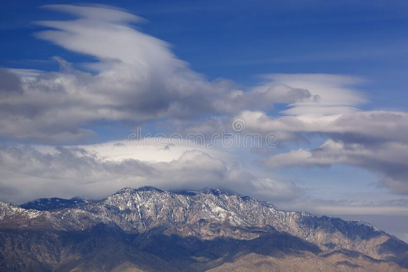 Nubes lenticulares flotando sobre las montañas de San Bernardino foto de archivo libre de regalías