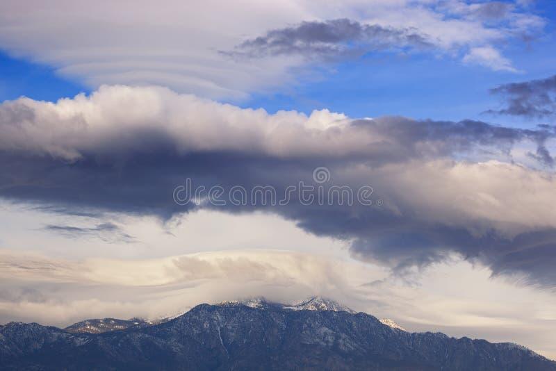 Nubes lenticulares flotando sobre las montañas de San Bernardino imagenes de archivo