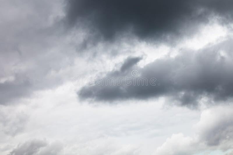 Nubes lluviosas gris oscuro en cielo cubierto imagenes de archivo