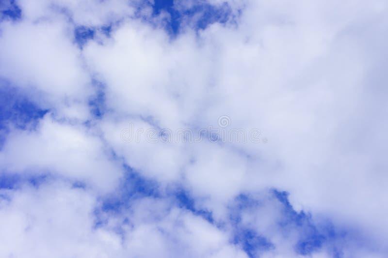 Nubes mullidas blancas hermosas en el día del cielo azul, día de la nube Él mejor para el fondo, abstracto fotografía de archivo