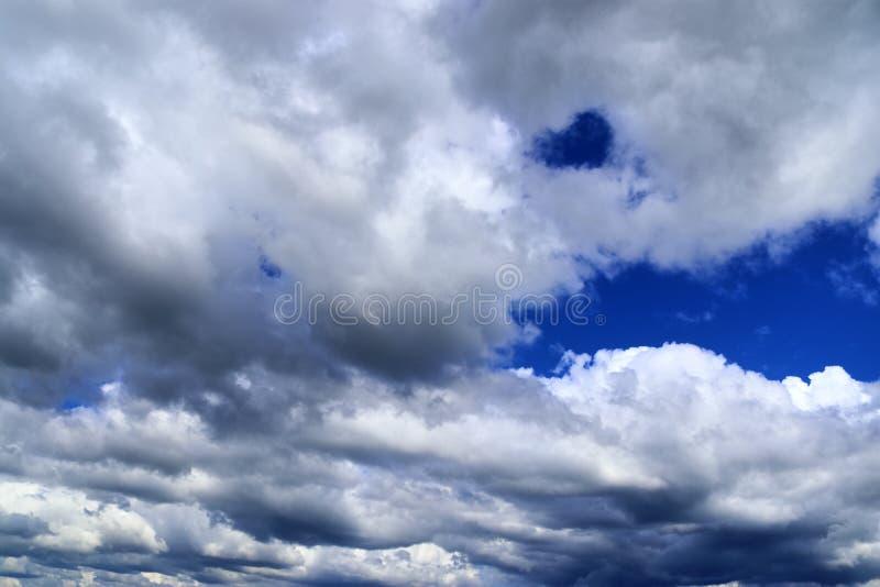 Nubes mullidas blancas hermosas en un cielo azul profundo en la alta resoluci?n fotos de archivo