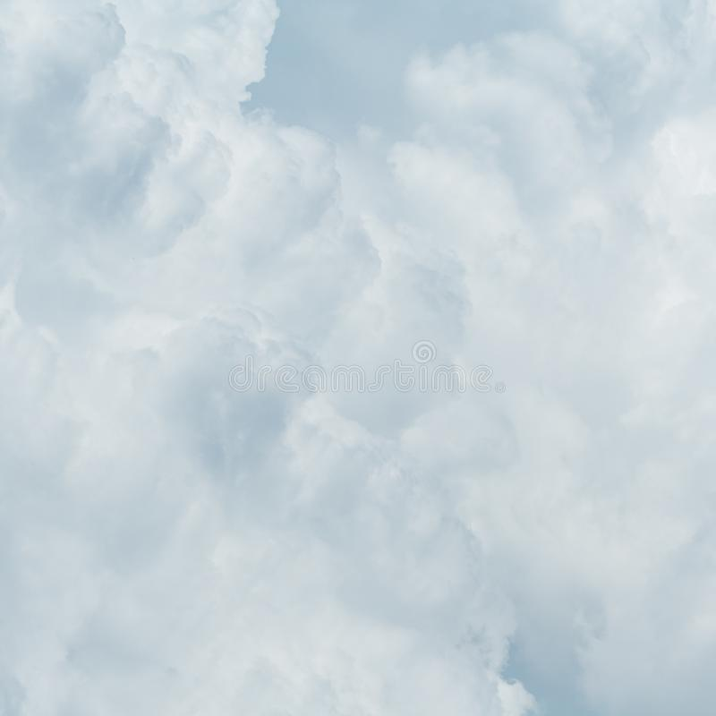 Nubes mullidas grises como fondo fotos de archivo