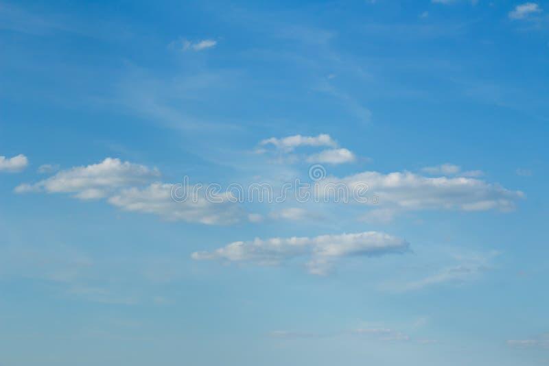 Nubes mullidas ligeras del blanco nevoso en un fondo de un cielo azul apacible fotos de archivo libres de regalías