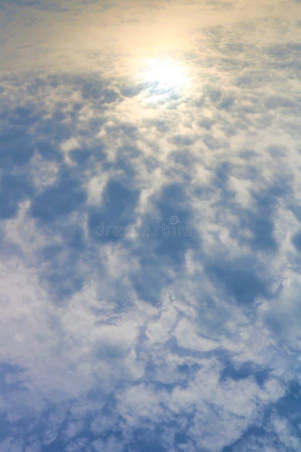 Nubes mullidas y cielos brillantes imagen de archivo