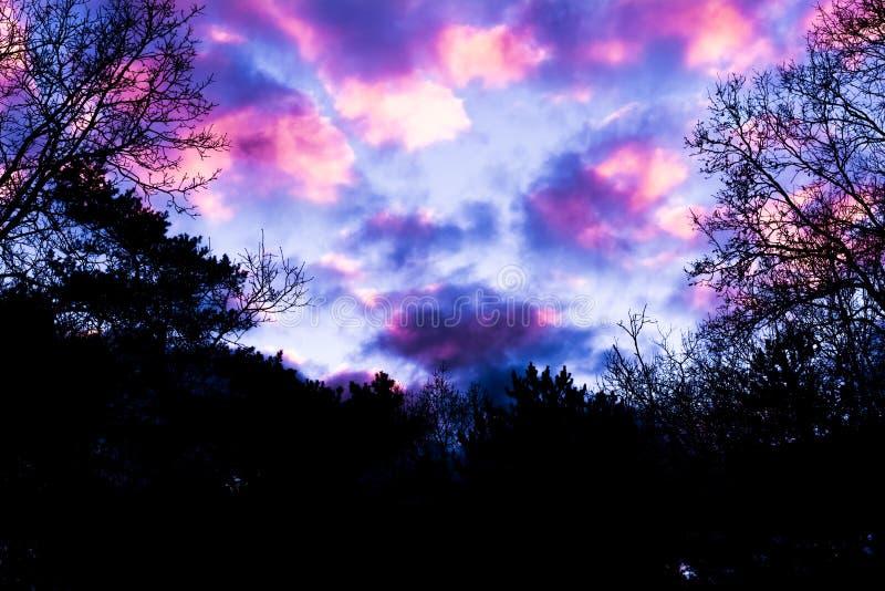 Nubes nacaradas rosadas, un fenómeno que ocurre raramente en invierno imagenes de archivo