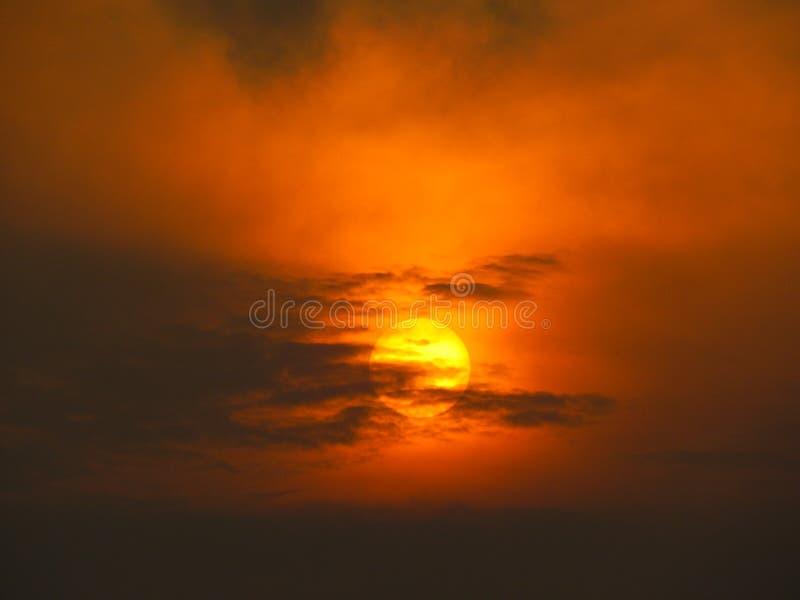 Nubes negras en la puesta del sol roja 2 imagen de archivo