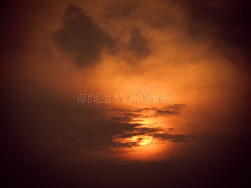 Nubes negras en la puesta del sol roja fotos de archivo