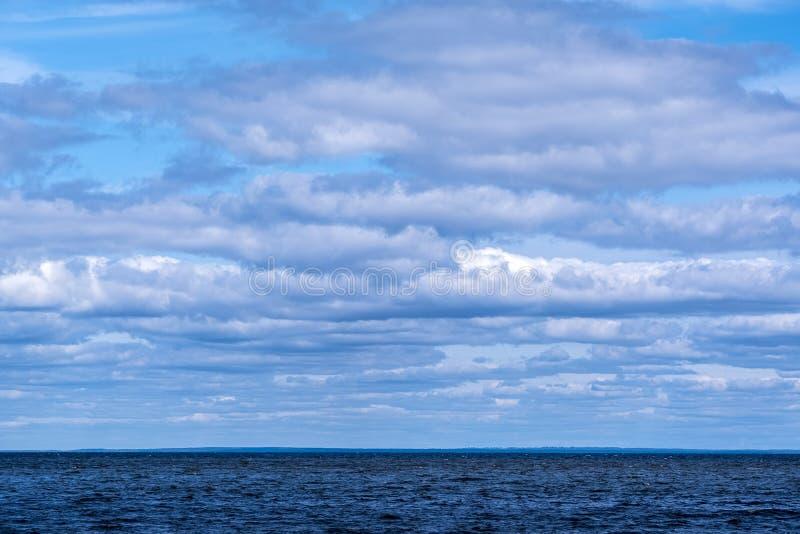 Nubes, orilla de mar vacía fotografía de archivo