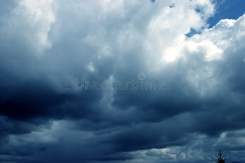 Nubes oscuras imagenes de archivo