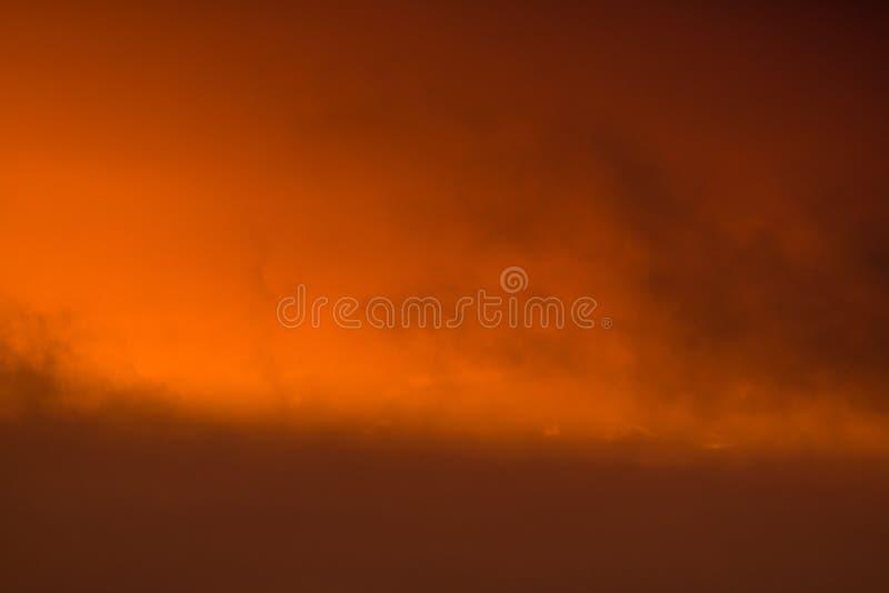nubes oscuras anaranjadas en la puesta del sol foto de archivo