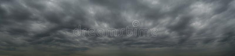 Nubes oscuras antes de una tempestad de truenos, tornado, huracán, en el va fotos de archivo libres de regalías