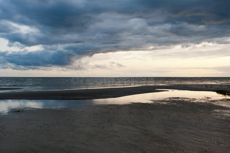 Nubes oscuras del giro en la playa foto de archivo libre de regalías