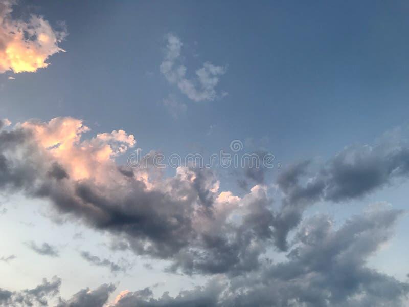 Nubes oscuras en el cielo imagen de archivo libre de regalías