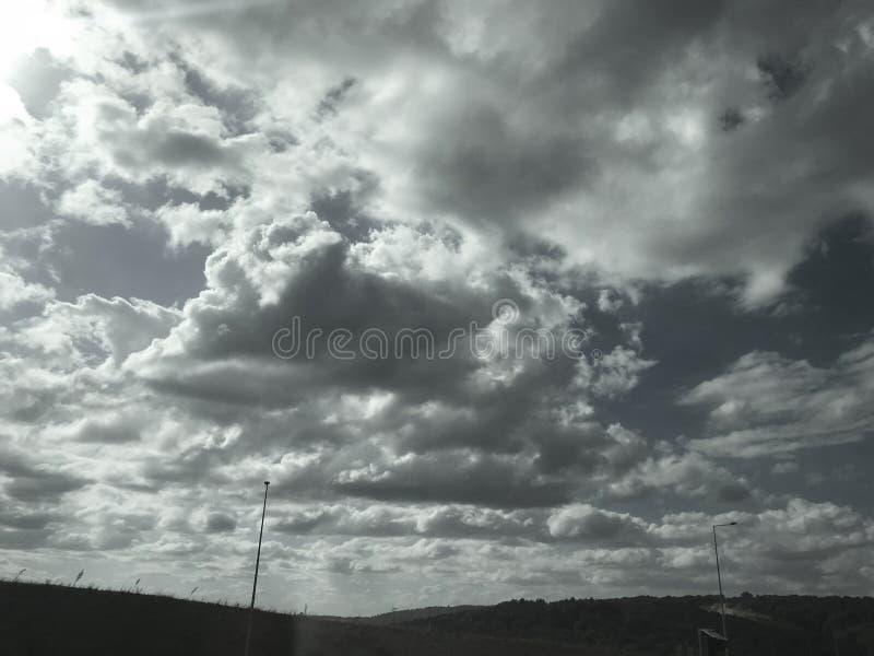 Nubes oscuras en el cielo foto de archivo libre de regalías