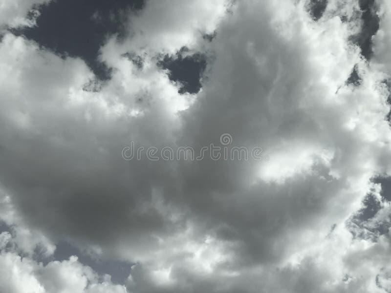 Nubes oscuras en el cielo fotos de archivo
