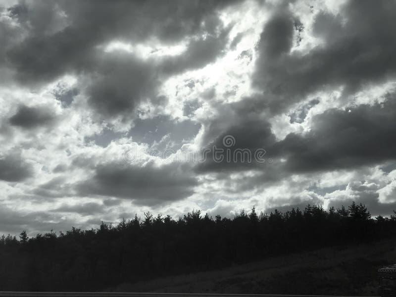 Nubes oscuras en el cielo fotos de archivo libres de regalías