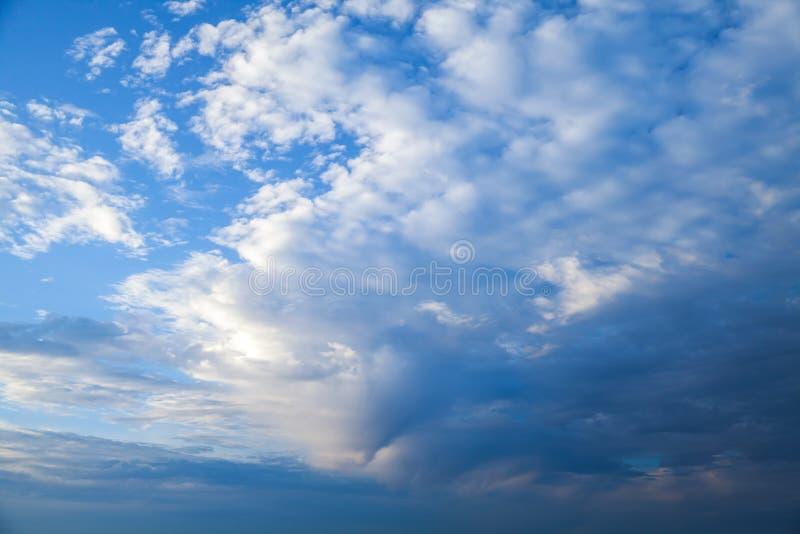 Nubes oscuras en el cielo tempestuoso azul, foto natural fotos de archivo