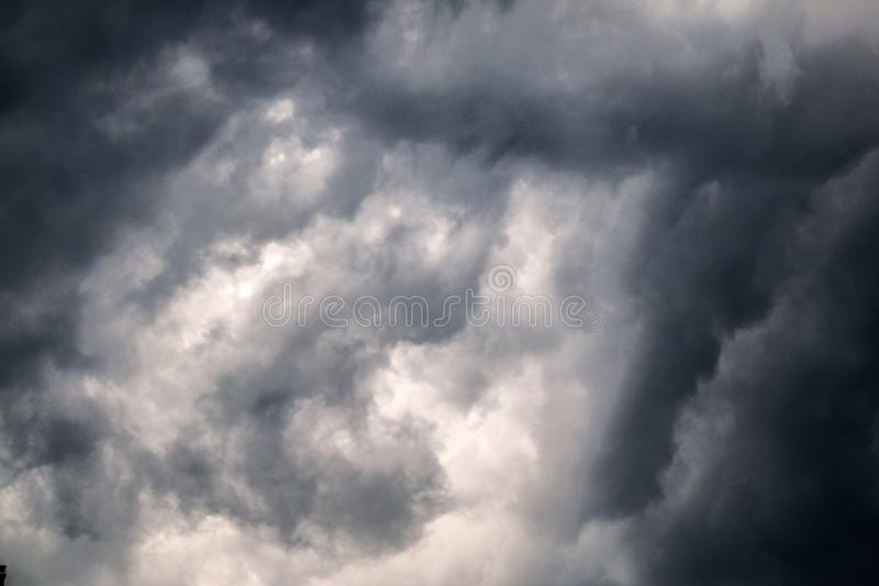 nubes oscuras en un d?a nublado fotografía de archivo