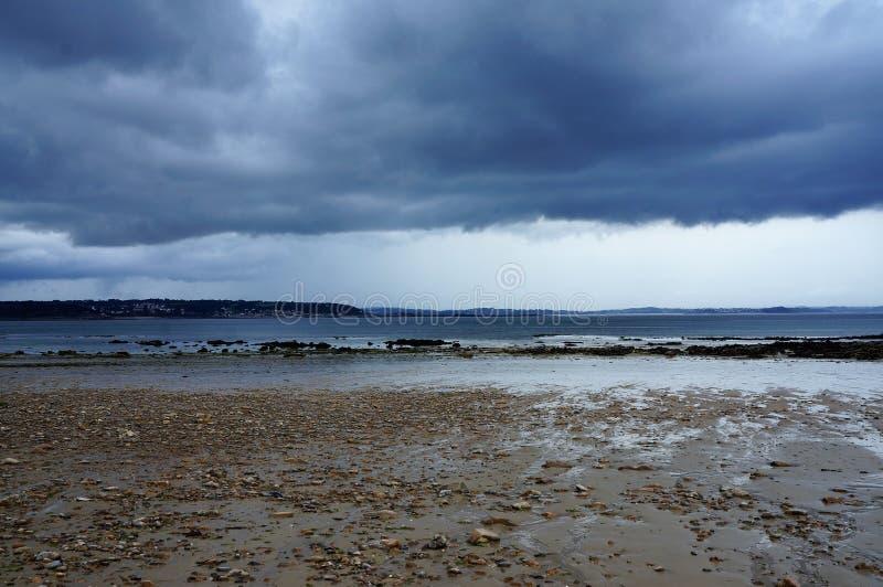 Nubes oscuras sobre el mar en Brittany France Europe imagenes de archivo