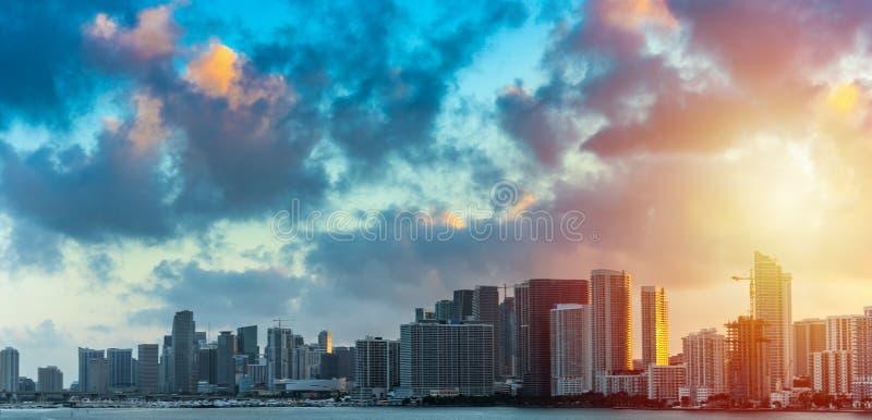 Nubes oscuras sobre Miami céntrica en la puesta del sol imágenes de archivo libres de regalías