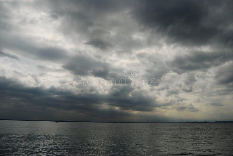 Nubes oscuras sobre un lago fotografía de archivo libre de regalías
