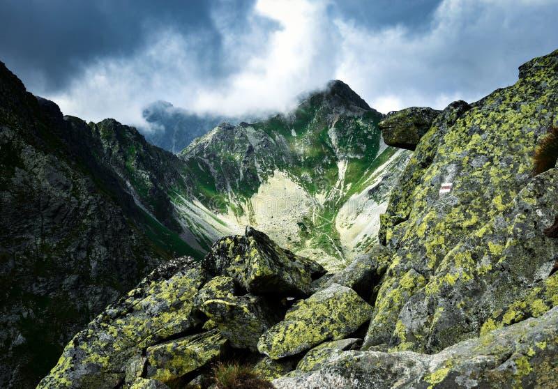 Nubes oscuras sobre un valle de la montaña fotos de archivo