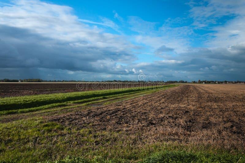 Nubes oscuras sobre una zona rural imagenes de archivo