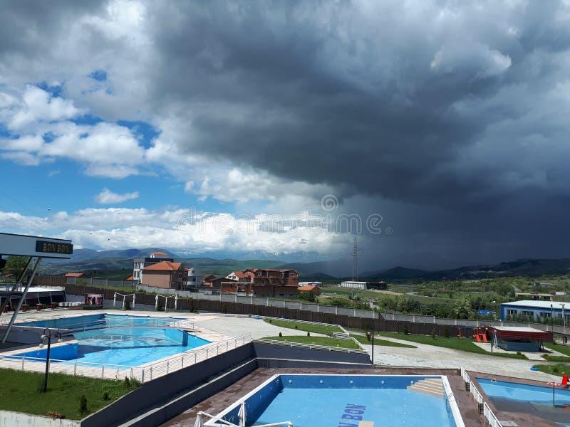 Nubes oscuras y abiertas en una hermosa vista imagen de archivo