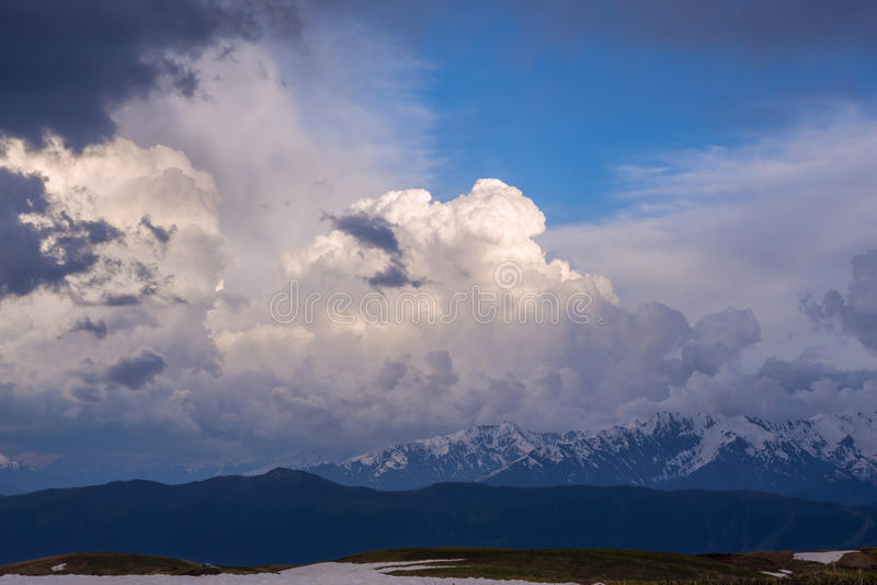 Nubes púrpuras, encendidas por los rayos del sol poniente imágenes de archivo libres de regalías