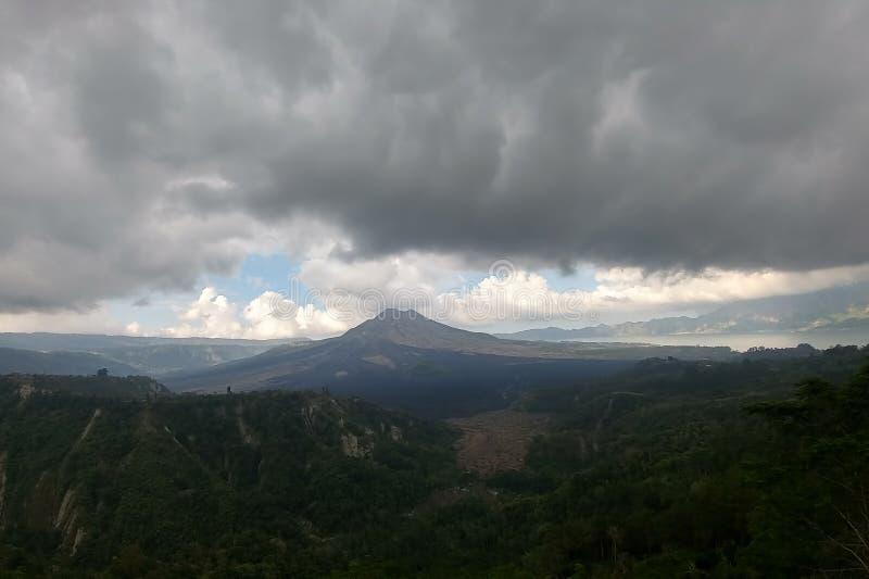 Nubes pesadas y llano chamuscado cerca del volcán de Batur en la isla de Bali, Indonesia fotos de archivo libres de regalías