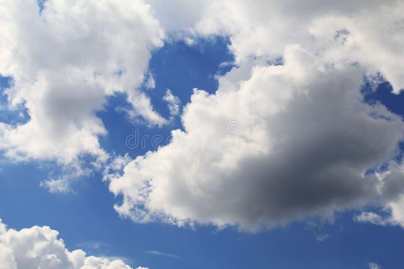 Nubes plumosas mágicas en un cielo azul claro foto de archivo libre de regalías