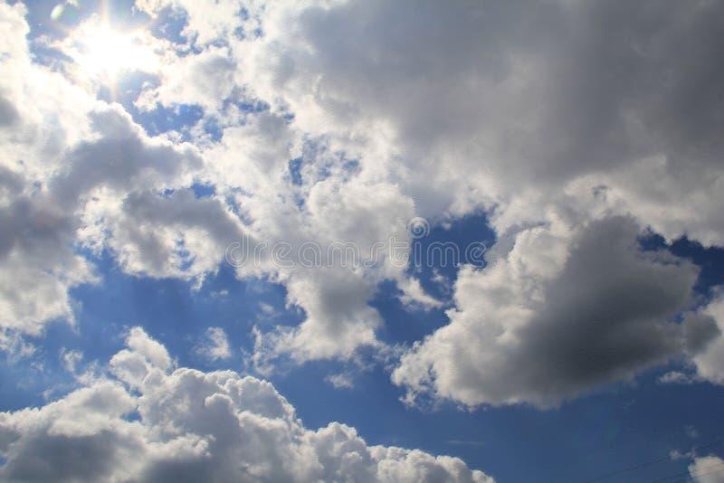 Nubes plumosas mágicas en un cielo azul claro imagen de archivo libre de regalías