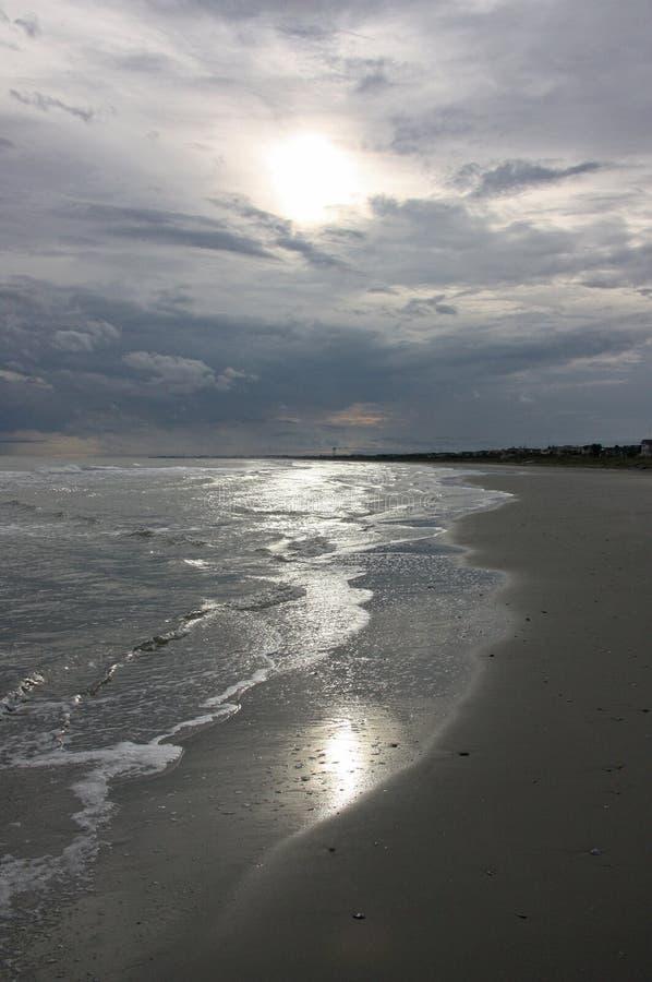 Nubes que amenazan sobre el océano fotos de archivo