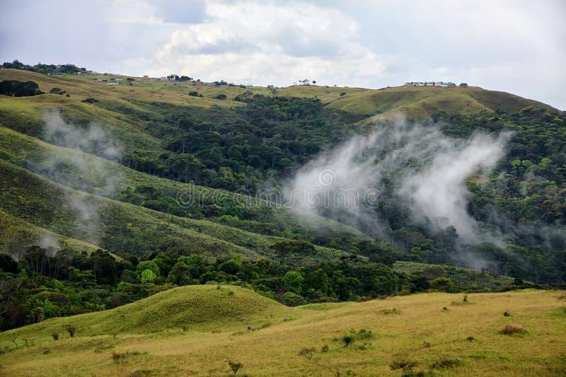 Nubes que aumentan de la tierra en sabana de la montaña foto de archivo libre de regalías