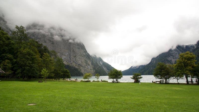 Nubes que cubren el lago del top de la montaña fotos de archivo libres de regalías
