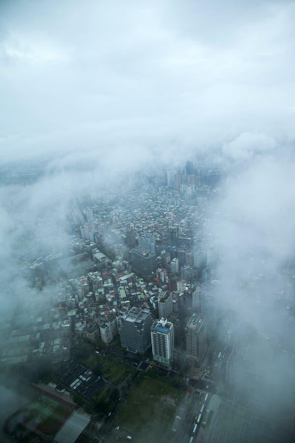 Download Nubes Que Pasan Por Alto La Torre De Taipei 101 En Taipei En Rey Foto de archivo - Imagen de oriental, día: 41915048