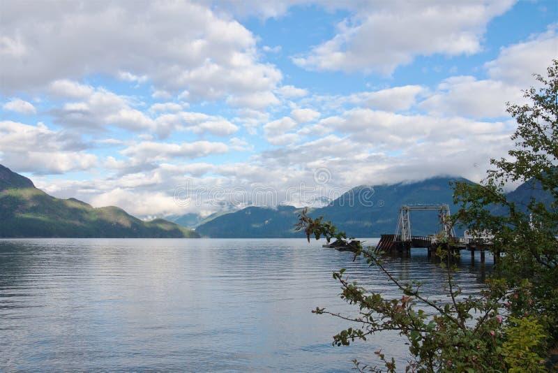 Nubes que sorprenden sobre las montañas en la orilla del estrecho de Georgia en el día soleado del verano imagen de archivo