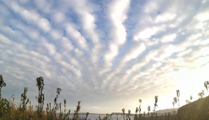 Nubes rayadas imagen de archivo