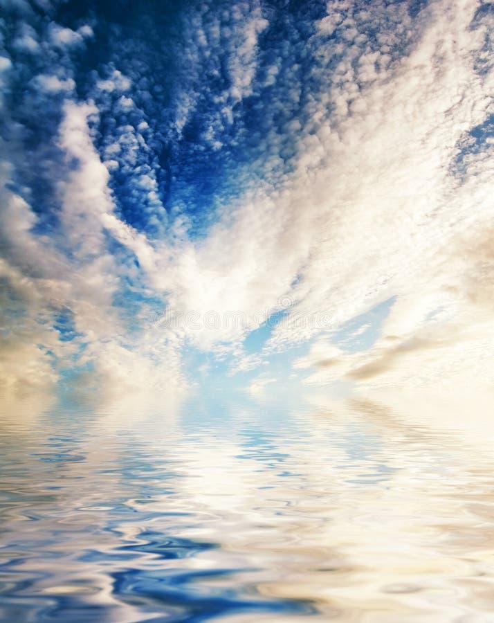 Nubes reflejadas en agua fotos de archivo