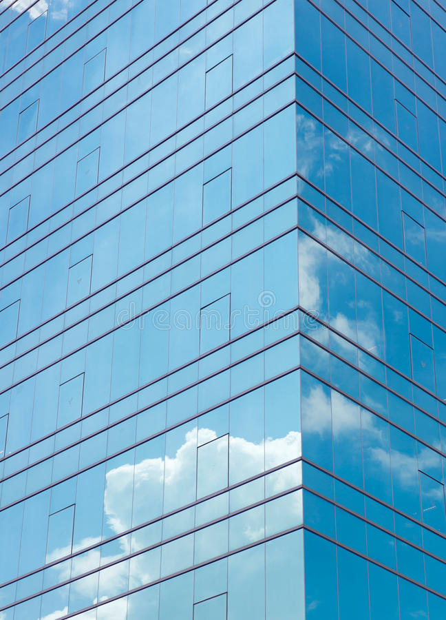 Nubes reflejadas en el edificio moderno imagen de archivo