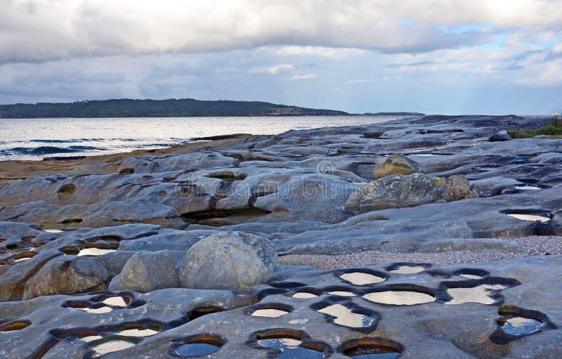 Nubes reflejadas en piscinas de la roca imagenes de archivo