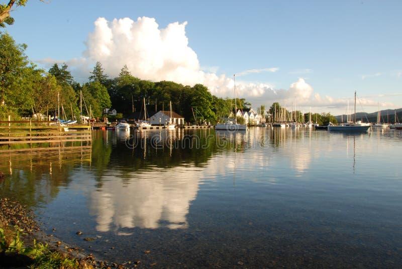 Nubes reflejadas en Windermere imagenes de archivo