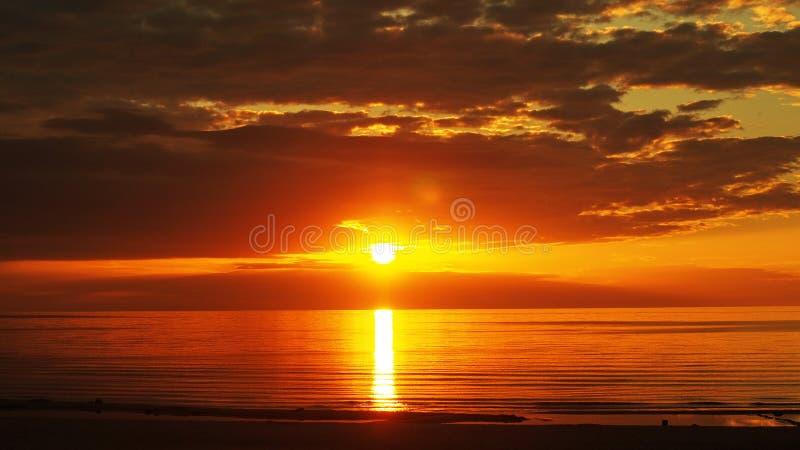 Nubes rojo oscuro de la puesta del sol foto de archivo libre de regalías