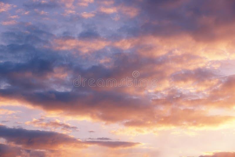 Nubes rosadas en la puesta del sol, cielo de la tarde, fondo hermoso imagen de archivo libre de regalías